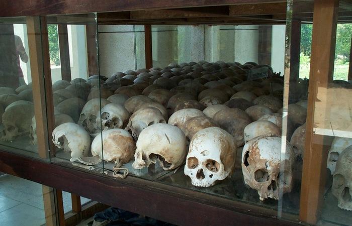 Витрина с черепами жертв красных кхмеров./ Фото: envoyhostel.com