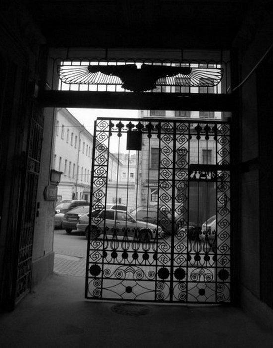 «Египетский дом» на Захарьевской 23 в Санкт-Петербурге. Арка дома (вид на улицу).