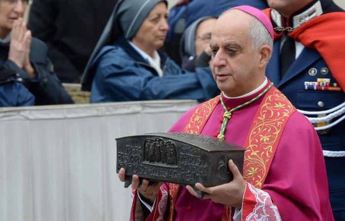 Выставлены на обозрение мощи Святого Петра.