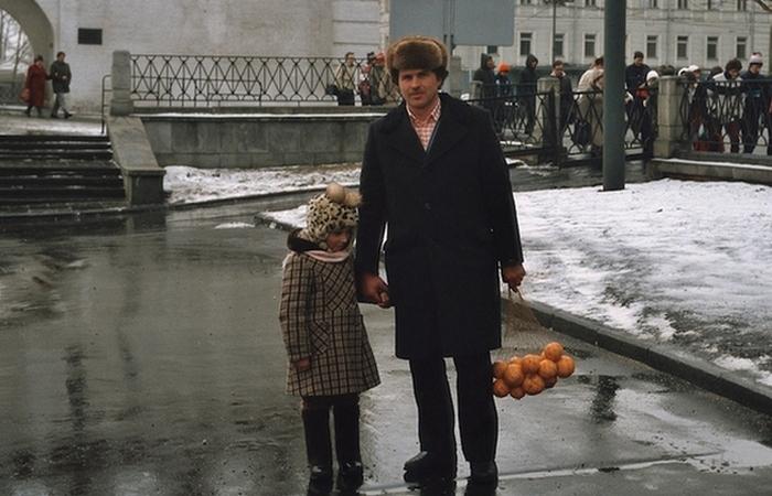 Счастье. Апельсины - дочери, шапку - папе, фотоаппарат - маме!/ Фото: mnogolikaya.com.ua