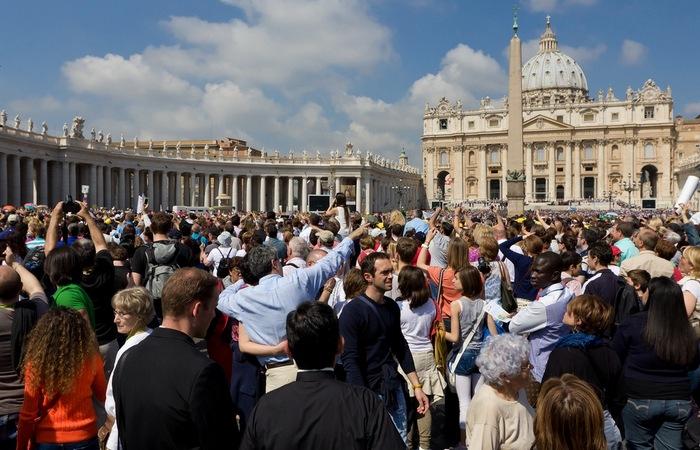 Толпы туристов в Ватикане.