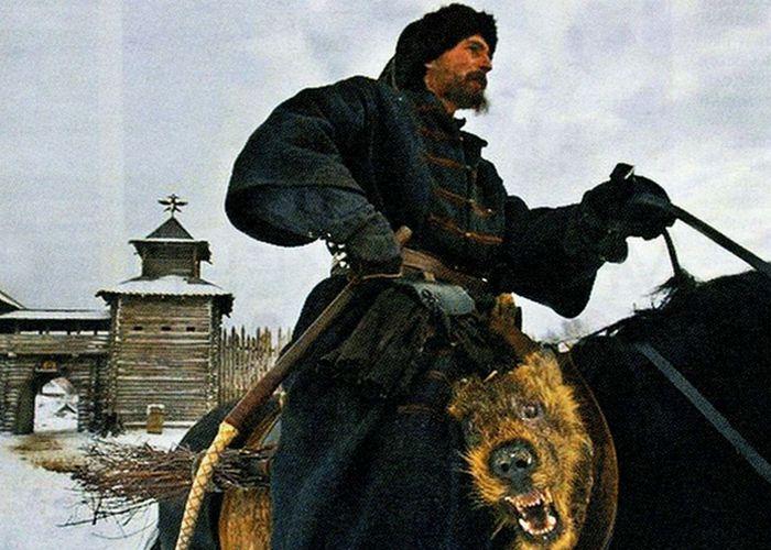 Собачья голова - отличительный знак опричника./ Фото: poetpushkin.ru