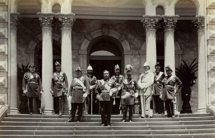 Калакауа с армейскими офицерами, 1882 год.