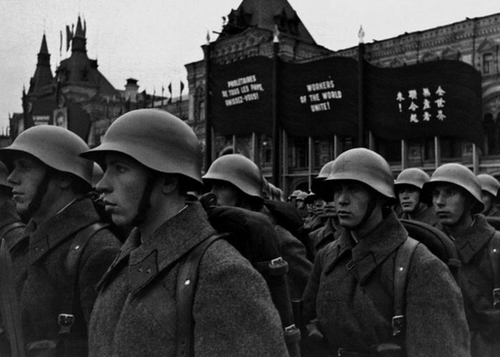 Парад и демонстрация на XX лет Октября, 1937 год./ Фото: csdfmuseum.ru