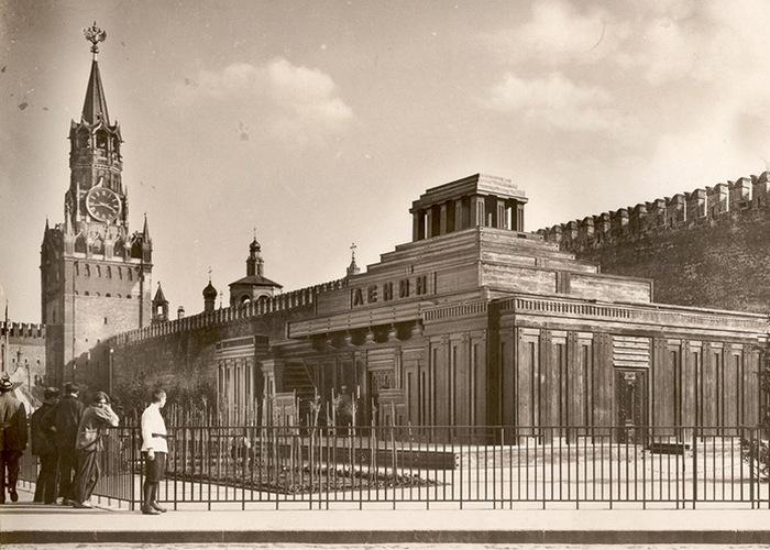 Спасская башня и мавзолей Ленина, 1925 год./ Фото: students.sras.org