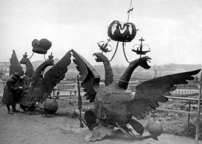 Двуглавые орлы Никольской и Боровицкой башен, 1935 год./ Фото: mosprogulka.ru