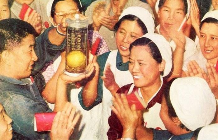Мао раздал людям манго, и те сошли с ума.