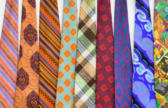 Людей арестовывали за владение галстуком.