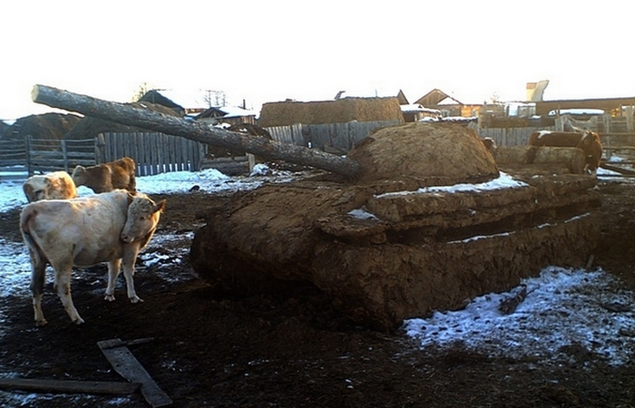 Скульптура из навоза: «Танки грязи не боятся»./ Фото: stiley.ru