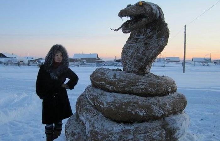 Скульптура из навоза: «Год Змеи»./ Фото: sakhapress.ru