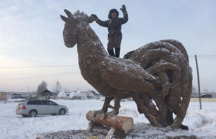 Скульптура из навоза: «Год Петуха»./ Фото: news.vse42.ru