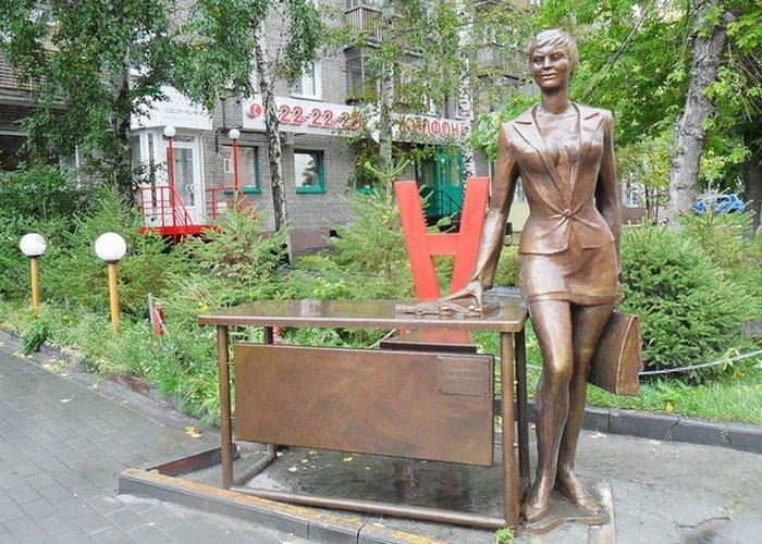 Скульптура «Деловая женщина»./Фото: ploshadtruda.ru