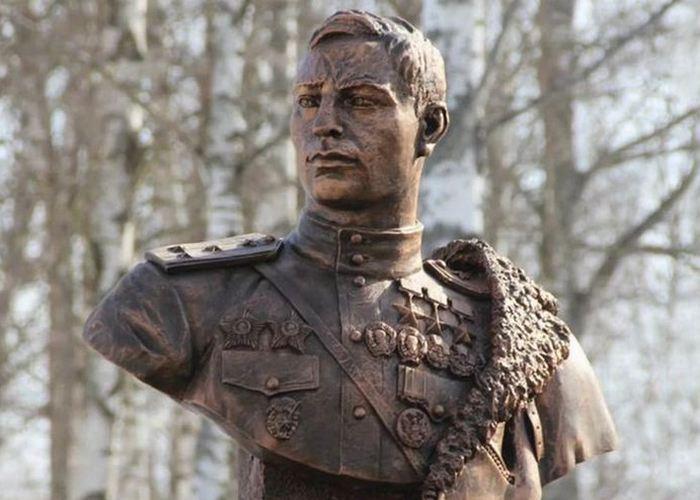 Памятник Покрышкину./Фото: bigbosses.ru
