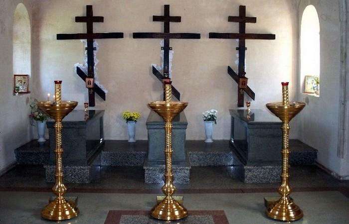 Могилы иеромонаха Василия, иноков Трофима и Ферапонта./ Фото:  palomnik.by