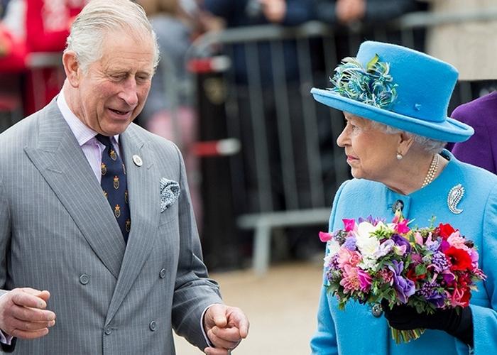 Елизавета Вторая и принц Чарльз./ Фото: marieclaire.ru
