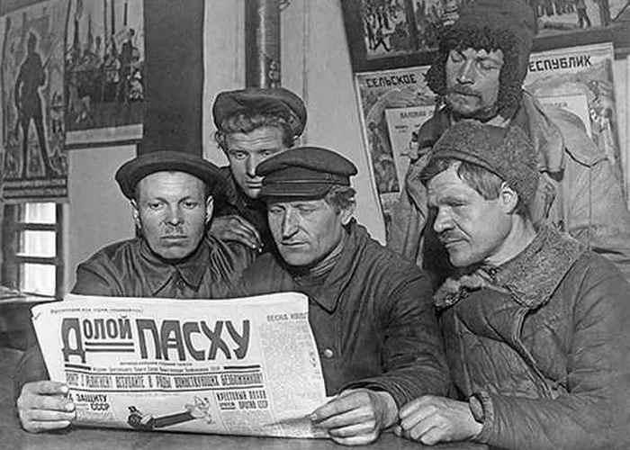 Агитуголок. Чтение газет./ Фото: lottov.ru