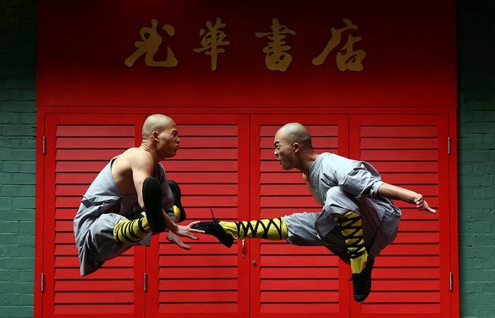 Учебный бой монахов.