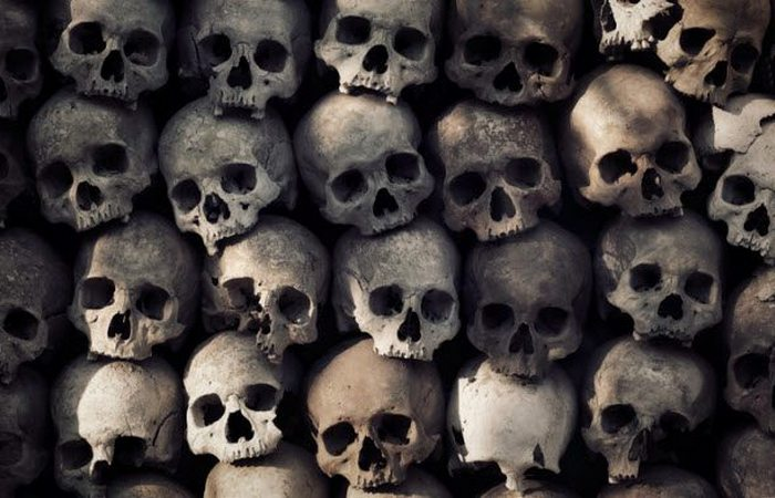Торговля  человеческими скелетами: головы преступников.