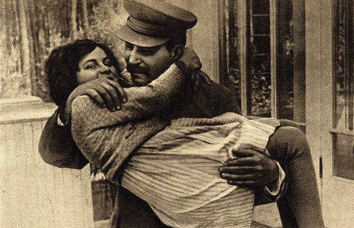Светлана Аллилуева на руках у отца./ Фото: scoopnest.com