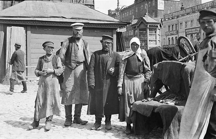 Россия начала ХХ века: уличный базар в Москве./ Фото: typical-moscow.ru