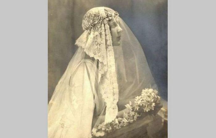 Актриса Розамонд Пинчот в расшитой антикварными кружевами вуали.