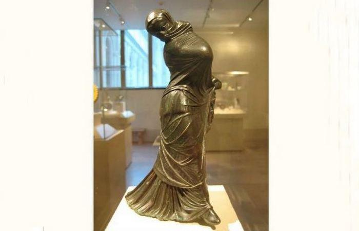 Греческая бронзовая статуэтка танцовщицы в вуали, III век до н.эры.