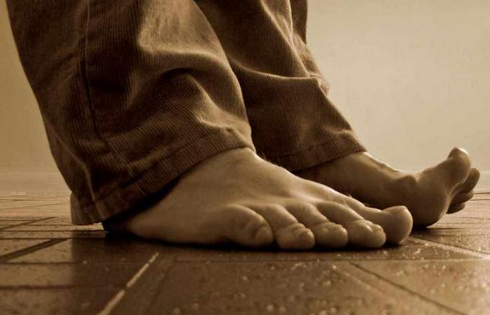 Свадебная традиция: избиение ног жениха.