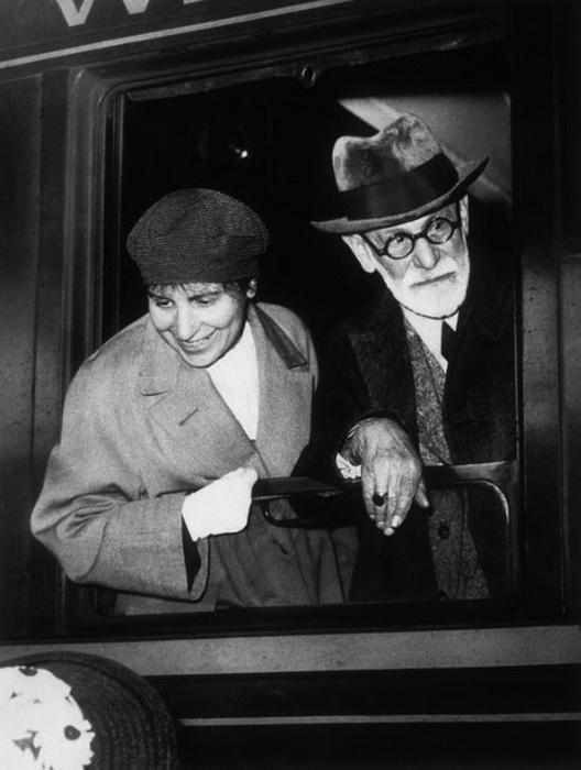 Зигмунд Фрейд и его дочь Анна, 1938 год, Париж<br>