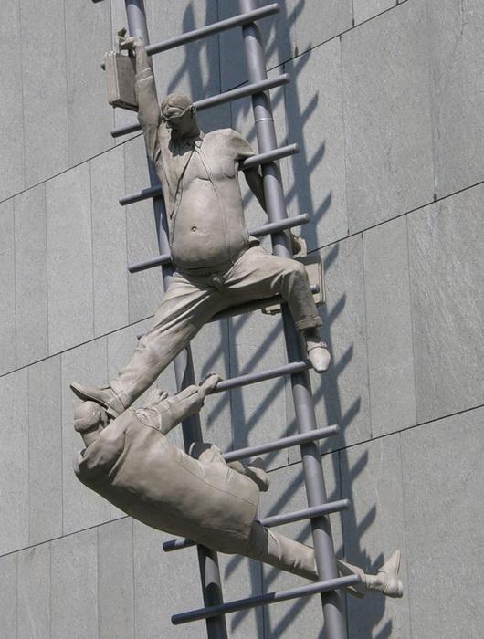Скульптура «Карьерная лестница»