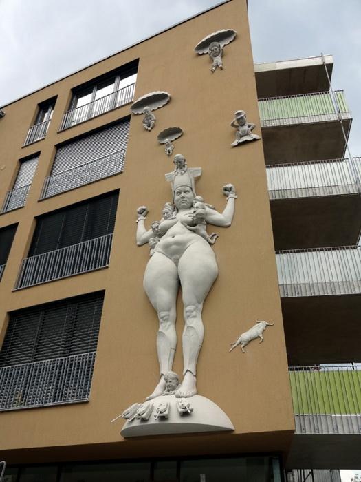 В курортном городе Радольфцелль на Боденском озере находится 13-метровая скульптура «Борьба за Европу»