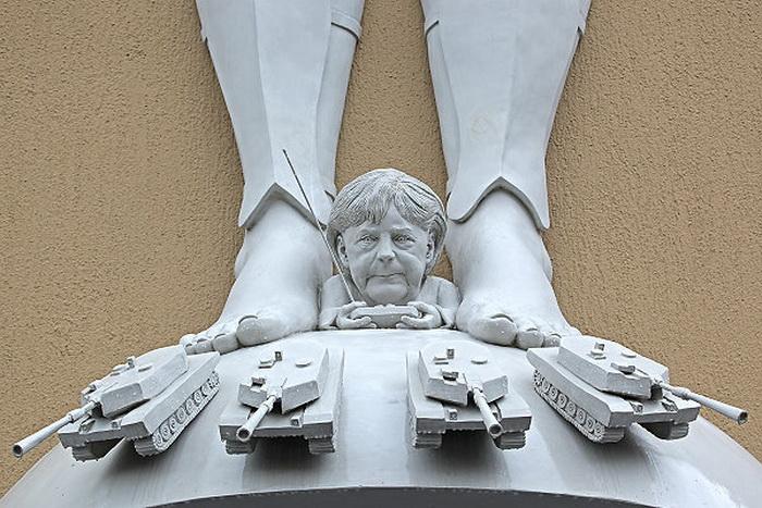 Нижний план скульптуры «Борьба за Европу»