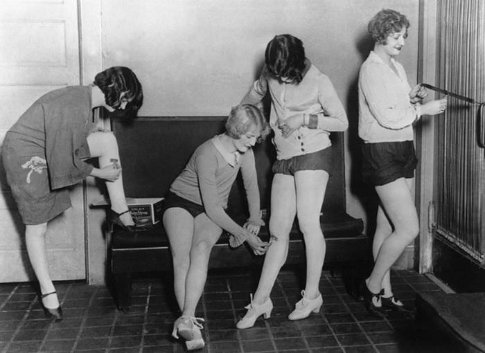 В салонах красоты предлагали процедуру подготовки ног, то есть бритья, для разрисовки «под чулки»