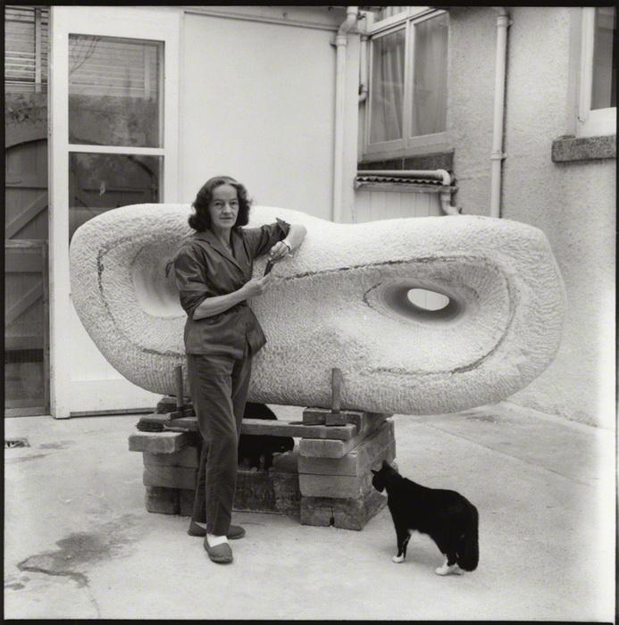 Барбара Хепуорт и ее кот Николас за работой над скульптурой