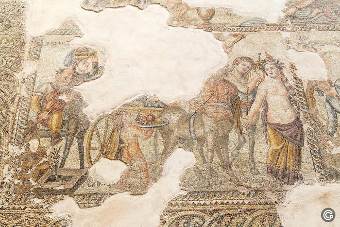 Мозаика в храме Афродиты представляет иллюстрации к эротической древнегреческой мифологии