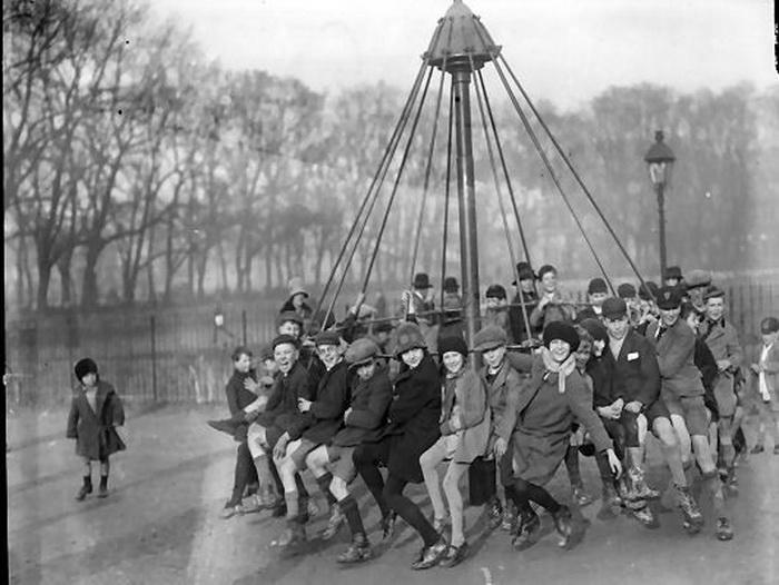 Дети и взрослые на карусели в парке (1929 г.)