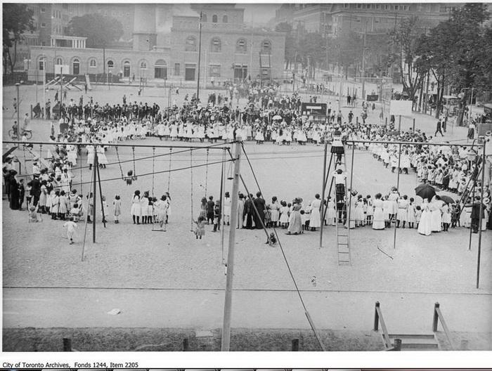 Дети и взрослые собрались на площадке для игры в Торонто