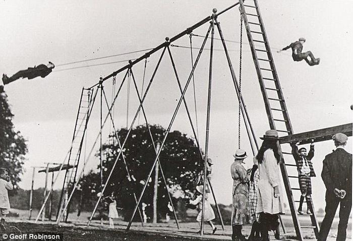 Одна из первых площадок с травмоопасными качелями, Великая Британия, 1923 г.