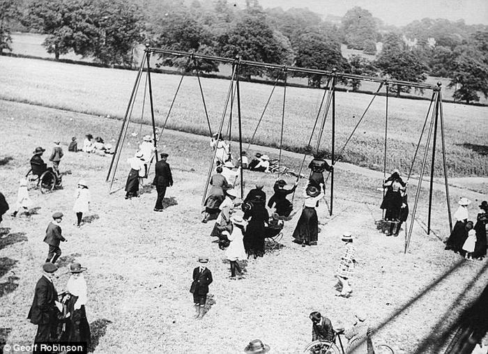 Дети раскачивались на длинных веревках без поверхности для сидения