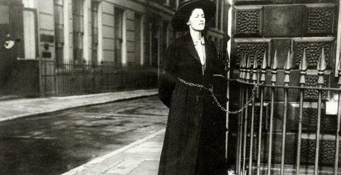 Суфражистка приковала себя к воротам в знак протеста