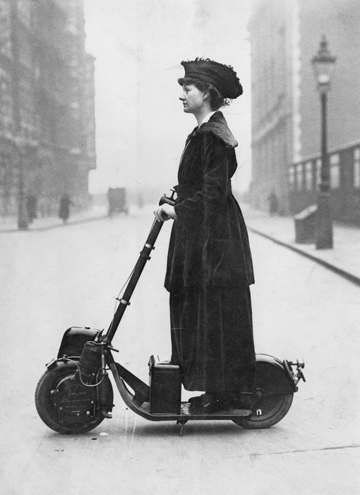 Английская светская дама и суфражистка Флоренс Присцилла едет на скутере по Лондону