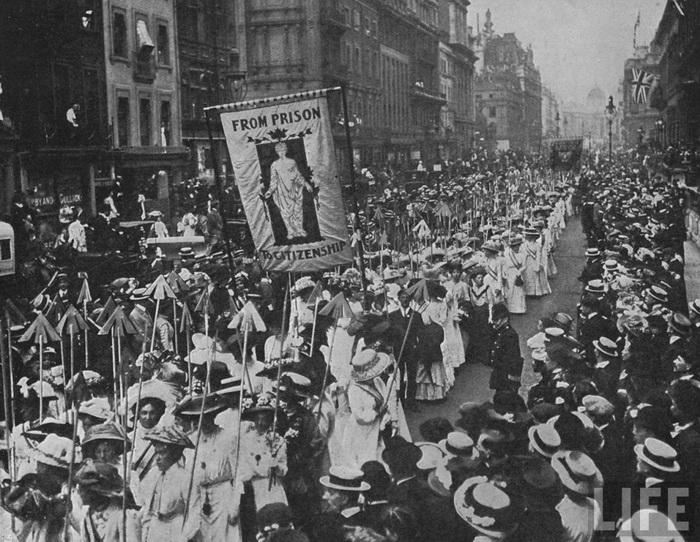 Демонстрация суфражисток в Лондоне (март, 1910 года). На плакате лозунг:«От тюрьмы - к гражданству»
