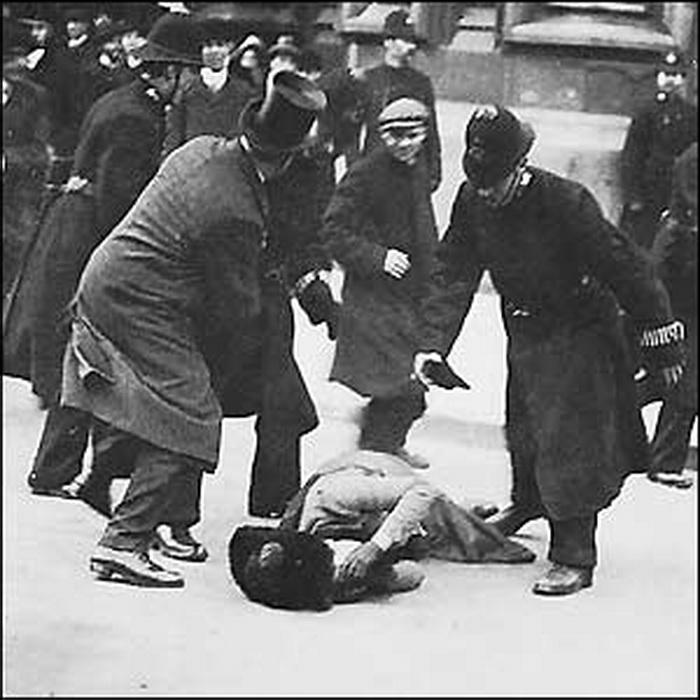 Избиение протестующей суфражистки