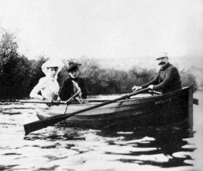 Ги де Мопассан в лодке с двумя подругами. Ок. 1875 г. Париж, Б.Н. Эстамп