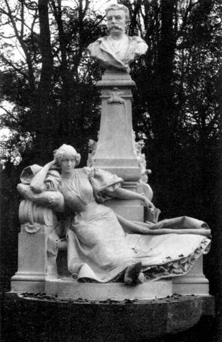 Памятник Ги де Мопассану в парке Монсо в Париже. Работа Рауля Верле, 1897 г. Фото Рожер-Вьолле