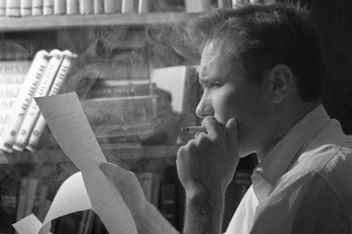Василий Шукшин, за работой в своем кабинете, Москва, 1973 г. / Фото: www.shukshin.org