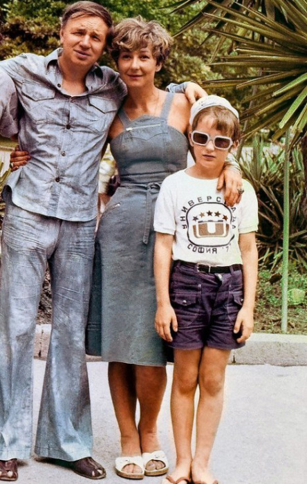 Татьяна Лаврова с сыном и Андреем Вознесенским. / Фото: www.kino-teatr.ru