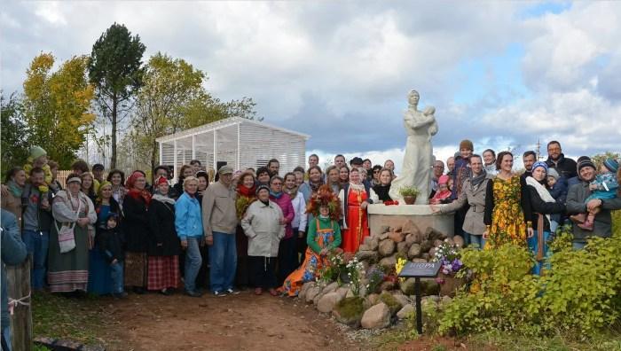 1 октября 2016 года торжественно открыли памятник «Нюра» жене «врага народа». / Фото: www.чудноеподворье.рф