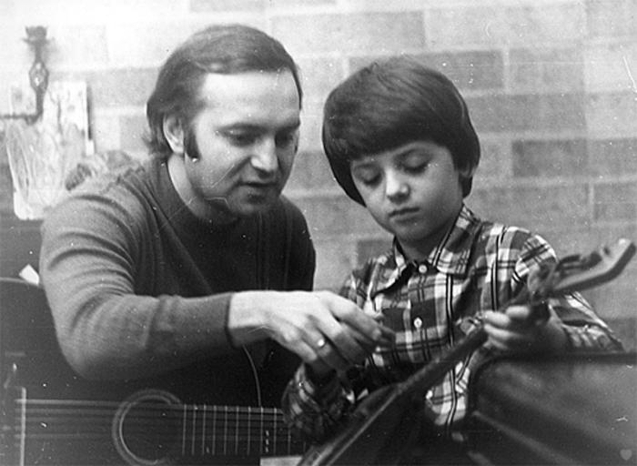 Сын радовал родителей музыкальными успехами. / Фото: www.sergeytatiananikitiny.com