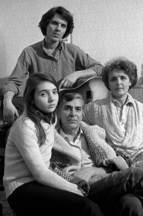 Супруги с детьми. / Фото: www.wallpapers1920.ru