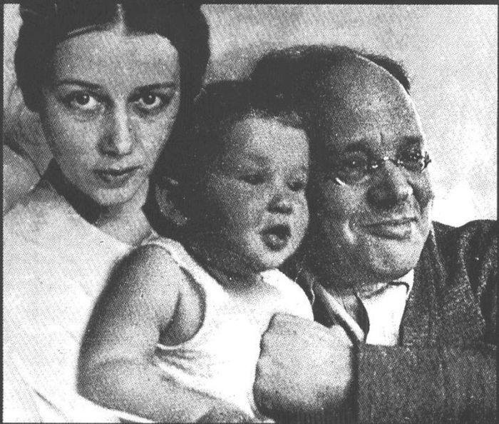Исаак Бабель и Антонина Пирожкова с дочерью. / Фото: www.isrageo.com